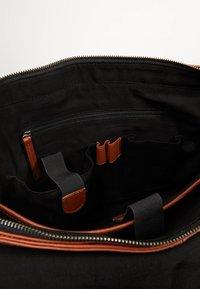 Still Nordic - CLEAN LARGE MESSENGER - Across body bag - cognac - 5