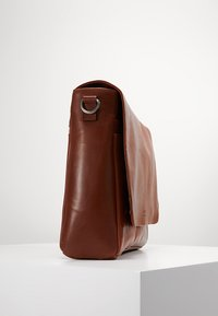 Still Nordic - CLEAN LARGE MESSENGER - Across body bag - cognac - 3