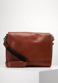 Still Nordic - CLEAN LARGE MESSENGER - Across body bag - cognac - 0