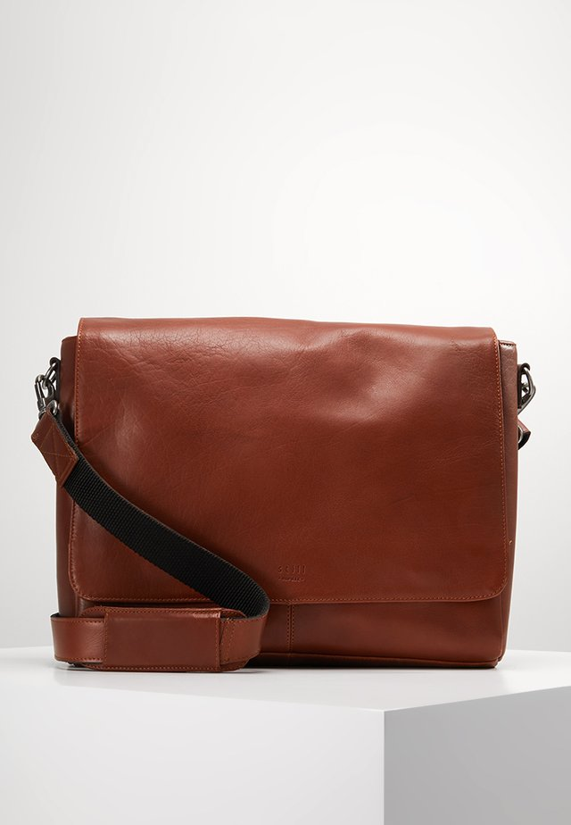 CLEAN LARGE MESSENGER - Schoudertas - cognac