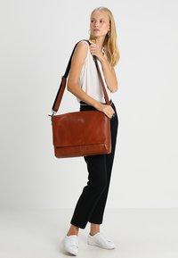 Still Nordic - CLEAN LARGE MESSENGER - Across body bag - cognac - 6