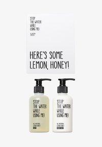 STOP THE WATER WHILE USING ME! - ALL NATURAL HAND KIT SOAP 200ML & HANDBALM 200ML - Set pour le bain et le corps - lemon honey - 0