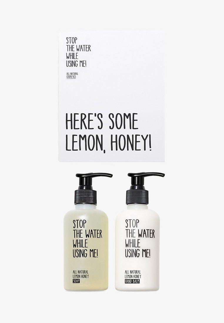 STOP THE WATER WHILE USING ME! - ALL NATURAL HAND KIT SOAP 200ML & HANDBALM 200ML - Set pour le bain et le corps - lemon honey