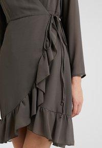 STUDIO ID - FLORENCE DRESS - Vapaa-ajan mekko - kaki - 4