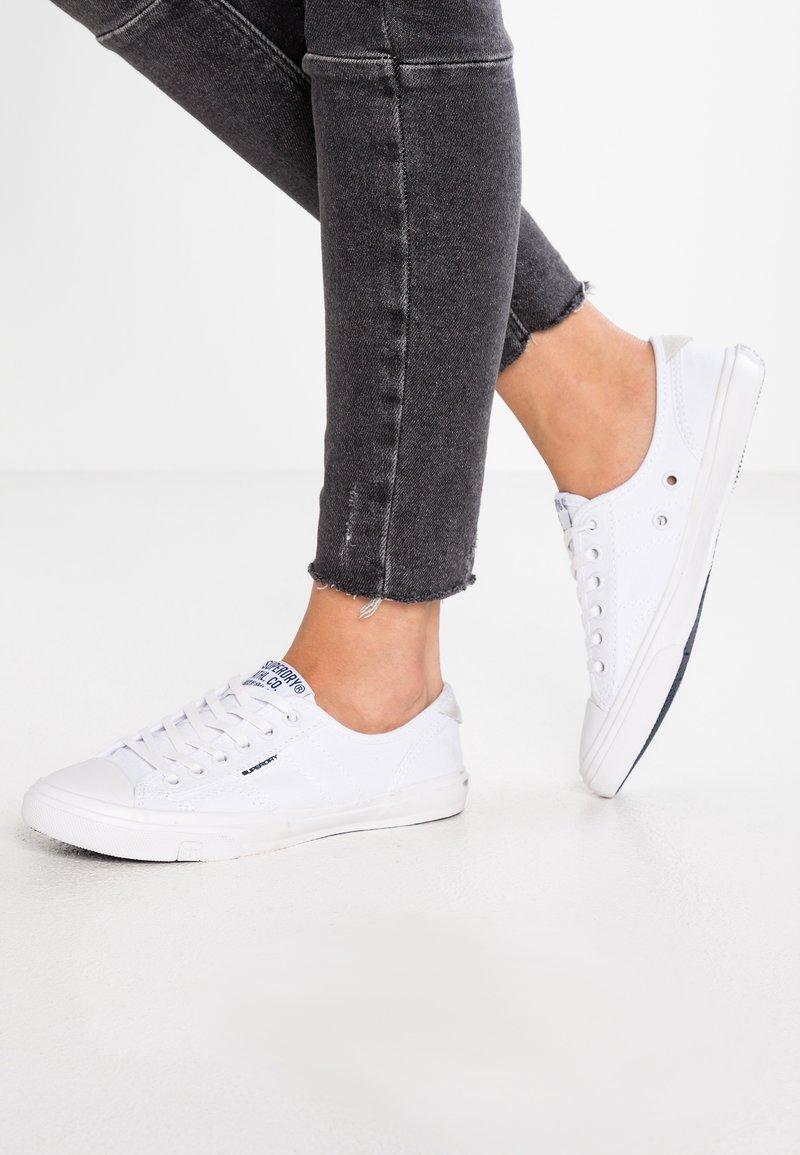 Superdry - Sneakersy niskie - optic white