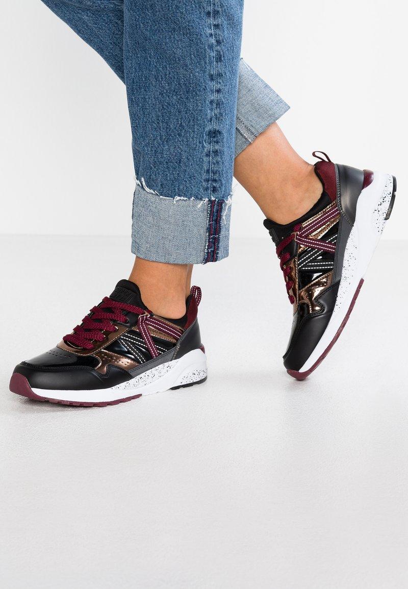 Superdry - URBAN STREET RUNNER - Sneaker low - black/bronze
