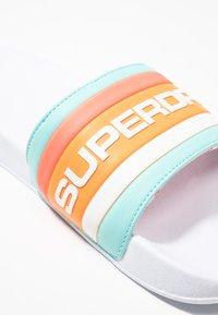 Superdry - RETRO COLOUR BLOCK POOL SLIDE - Pantolette flach - white/light blue/hazard orange - 5