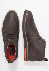 Superdry - CHESTER CHUKKA BOOT - Zapatos con cordones - dark brown - 1