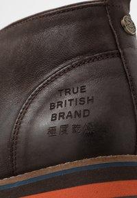 Superdry - CHESTER CHUKKA BOOT - Zapatos con cordones - dark brown - 5