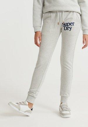 SUPERDRY APPLIQUE SERIF JOGGERS - Spodnie treningowe - applique summer marl
