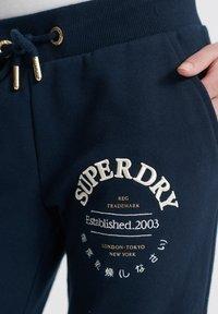 Superdry - SUPERDRY APPLIQUE SERIF JOGGERS - Trainingsbroek - blue - 3