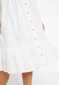 Superdry - CAMILLE BUTTON SCHIFFLI DRESS - Košilové šaty - white - 5