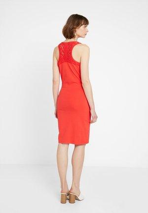 JESSIE MACRAME - Etui-jurk - festive red