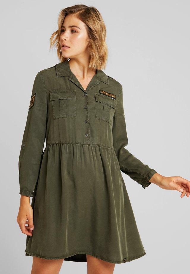 MILITARY DRESS - Vestido camisero - washed khaki