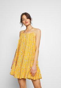 Superdry - DAISY BEACH DRESS - Korte jurk - yellow floral - 0