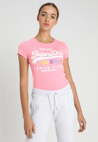 Superdry - PREMIUM GOODS PUFF ENTRY TEE - T-shirts med print - neon pink snowy - 0