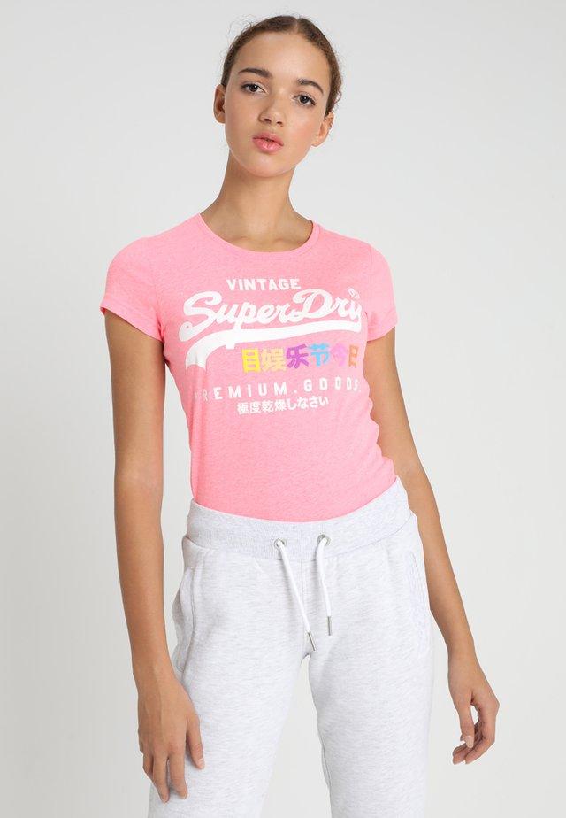 PREMIUM GOODS PUFF ENTRY TEE - T-Shirt print - neon pink snowy