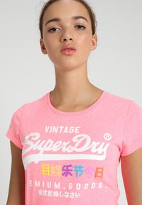 Superdry - PREMIUM GOODS PUFF ENTRY TEE - T-shirts med print - neon pink snowy - 3