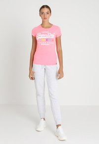 Superdry - PREMIUM GOODS PUFF ENTRY TEE - T-shirts med print - neon pink snowy - 1