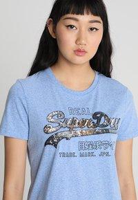 Superdry - VINTAGE LOGO CARNIVAL ENTRY TEE - T-shirt imprimé - cruz blue snowy - 3