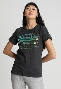 Superdry - PREMIUM GOODS PUFF FOIL INFILL ENTRY TEE - T-shirt imprimé - vintage grey - 0