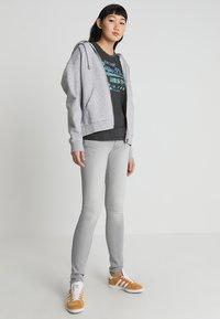Superdry - PREMIUM GOODS PUFF FOIL INFILL ENTRY TEE - T-shirt imprimé - vintage grey - 1