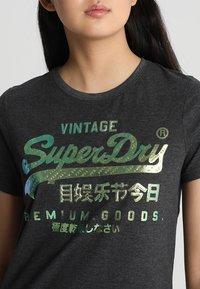 Superdry - PREMIUM GOODS PUFF FOIL INFILL ENTRY TEE - T-shirt imprimé - vintage grey - 4