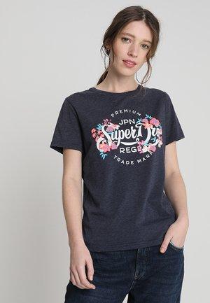 PREMIUM SCRIPT FLORAL ENTRY TEE - Camiseta estampada - rinse navy
