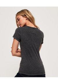 Superdry - T-shirt imprimé - acid-wash black - 2