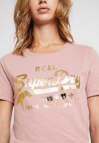 Superdry - VINTAGE LOGO METALWORK ENTRY TEE - T-shirts med print - smoke rose - 4