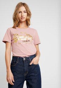 Superdry - VINTAGE LOGO METALWORK ENTRY TEE - T-shirts med print - smoke rose - 0