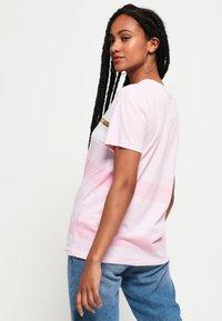 Superdry - LOGO MINIMAL PORTLAND - T-shirt imprimé - pink - 2