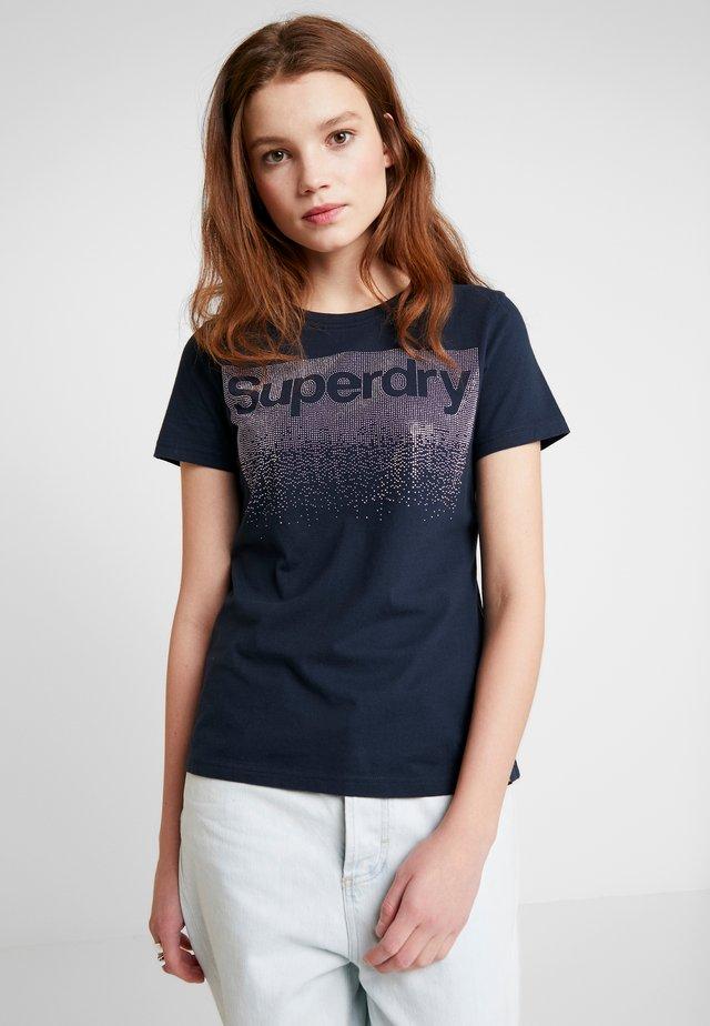 SWISS LOGO CASCADE ENTRY TEE - T-shirt print - eclipse navy