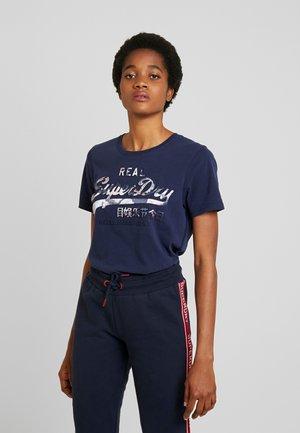 V LOGO PHOTO ROSE INFILL ENTRY TEE - T-shirts med print - rinse navy