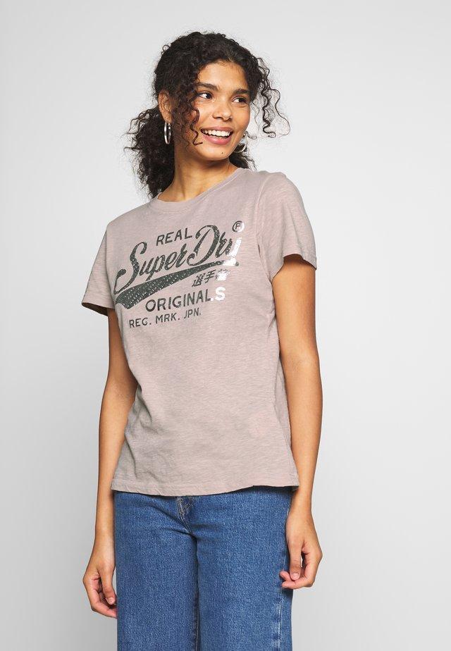 TEXT INFILL ENTRY TEE - T-shirt print - silver cloud