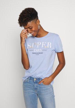 SERIF FLORAL ENTRY TEE - T-shirt imprimé - blue heron slub