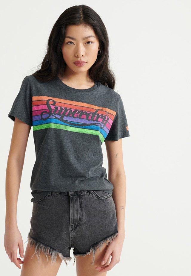 PREMIUM LOGO RAINBOW - Print T-shirt - charcoal marl