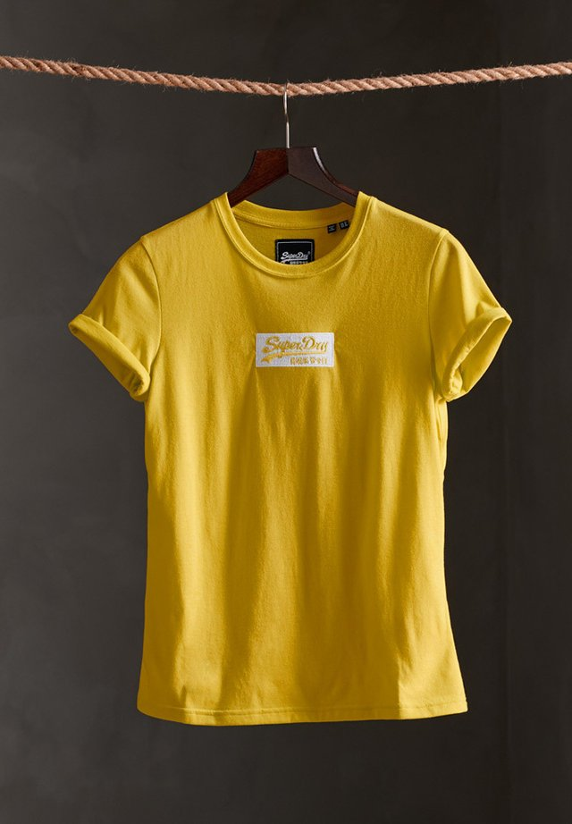 MICRO EMBROIDERED BOX - T-shirt basic - sulphur spring