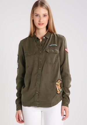 PATCHED MILITARY - Skjorta - vine khaki
