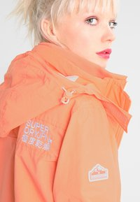 Superdry - PRISM TECHNICAL HOODED ZIP WINDCHEATER - Blouson - coral/ecru - 4
