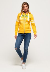 Superdry - HERITAGE - veste en sweat zippée - sporty ochre