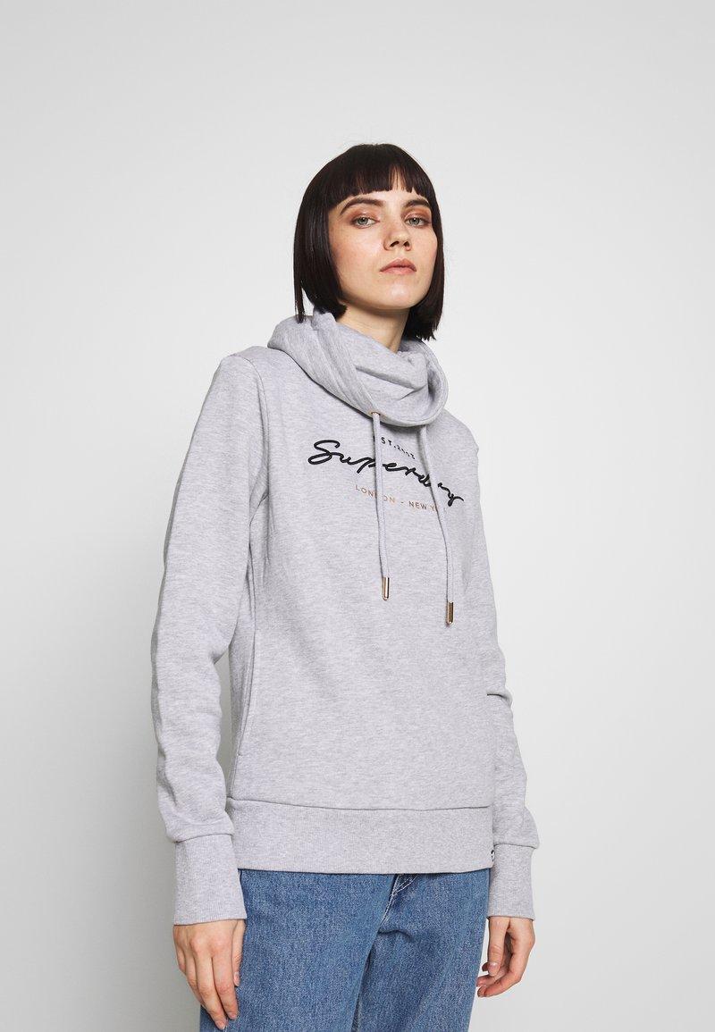 Superdry - APPLIQUE FUNNEL HOOD - Jersey con capucha - mid grey marl