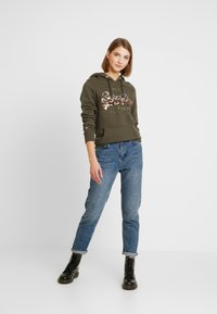 Superdry - LOGO OMBRE SEQUIN ENTRY HOOD - Jersey con capucha - washed khaki - 1