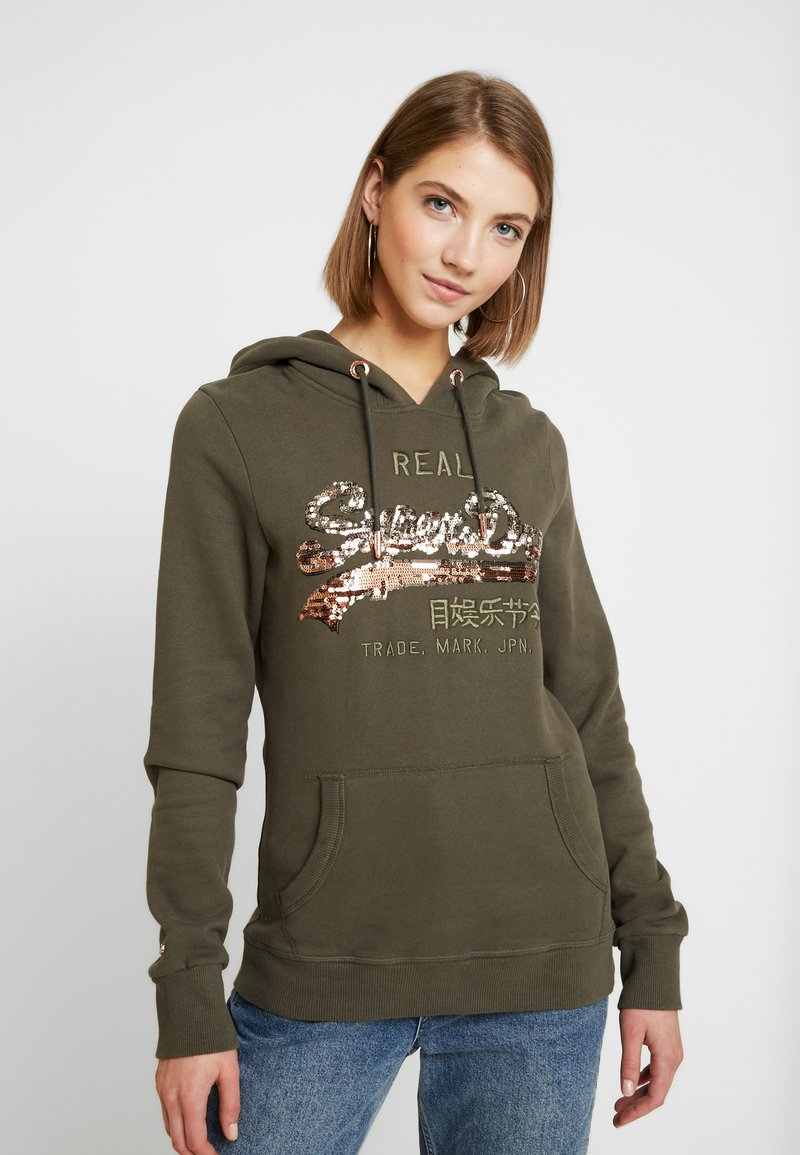 Superdry - LOGO OMBRE SEQUIN ENTRY HOOD - Jersey con capucha - washed khaki