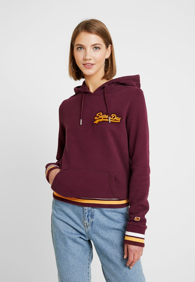 LOGO CHAINSTITCH PATCH ENTRY HOOD - Hoodie - port