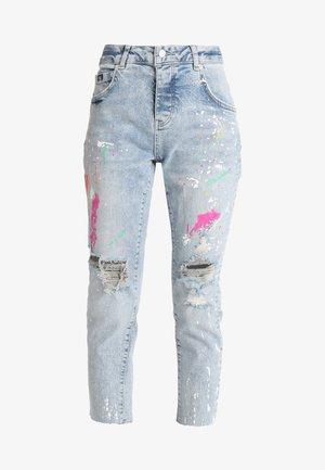 RILEY GIRLFRIEND - Relaxed fit jeans - indigo splash