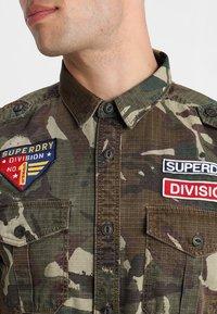Superdry - ARMY TROPICS - Skjorta - khaki - 3
