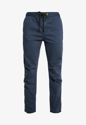 CORE UTILITY PANT - Pantalon classique - drift blue