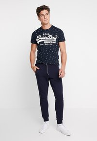 Superdry - COLLECTIVE JOGGER - Trainingsbroek - box navy - 1