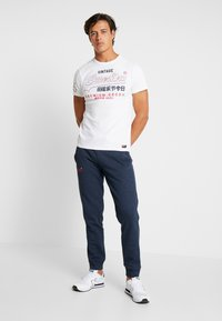 Superdry - ORANGE LABEL CLASSIC - Pantalon de survêtement - midnight blue feeder - 1